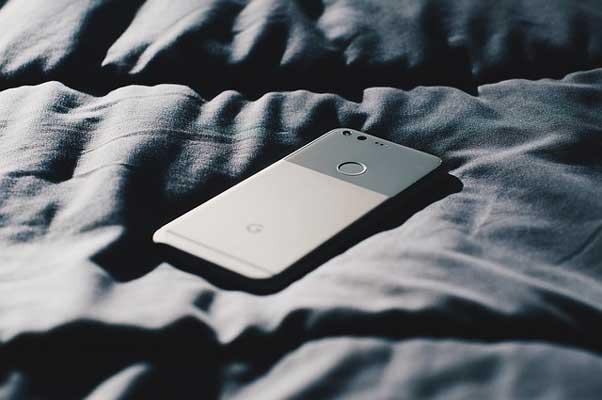 мобилен-телефон-върху-легло