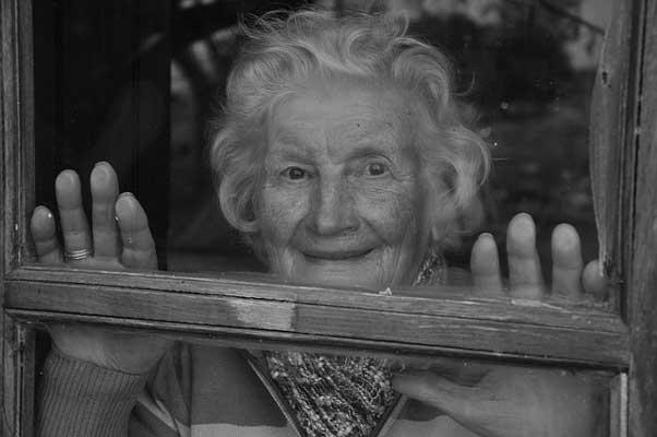 баба-гледа-през-прозорец