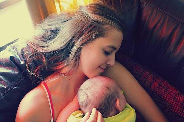 майка-прегръща-бебето-си