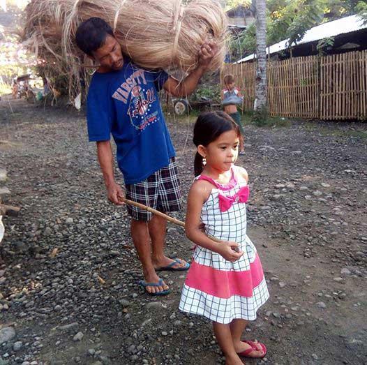 5-годишно-момиче-всеки-ден-води-слепия-си-баща-до-работа-и-обратно