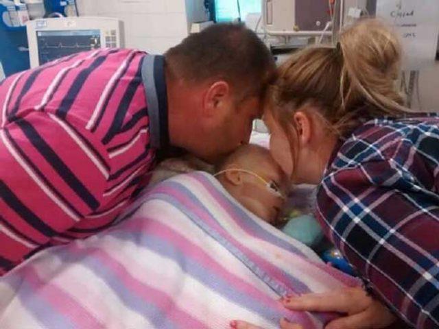 родители-целуват-бебето-си