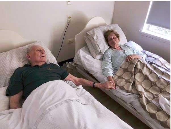 възрастна-двойка-се-държи-за-ръце