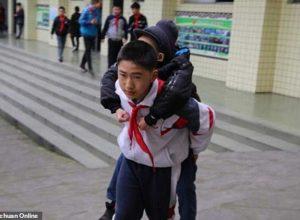 12-годишно-момче-от-6-години-носи-своя-приятел-инвалид-на-гръб