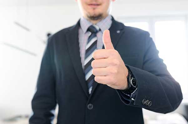 бизнесмен-с-вдигнат-пръст-нагоре