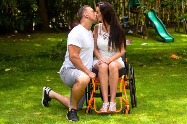 Мъжът-й-я-изоставил,-когато-се-парализирала,-но-тази-майка-на-4-деца-пак-намерила-щастието