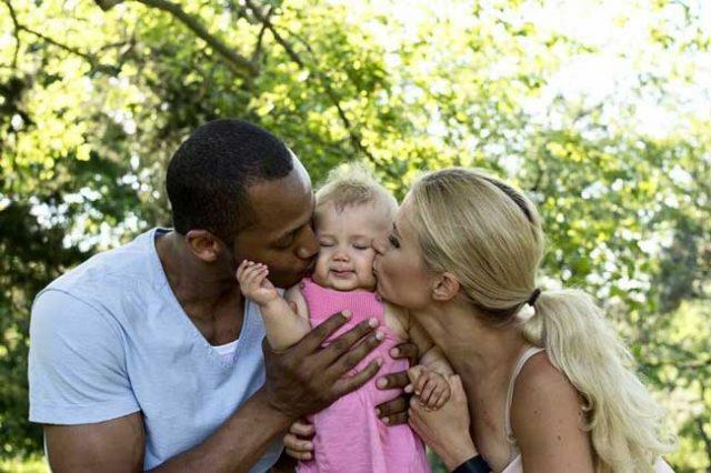 Майката-е-финландка,-а-бащата---африканец.-Дъщеричката-им-покорила-света-с-красотата-си