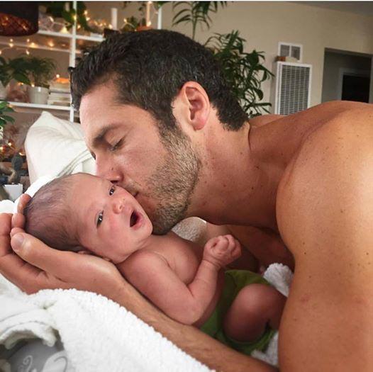 Този-татко-може-да-успокои-плачещо-бебе-за-секунди!-Методът-му-е-уникален