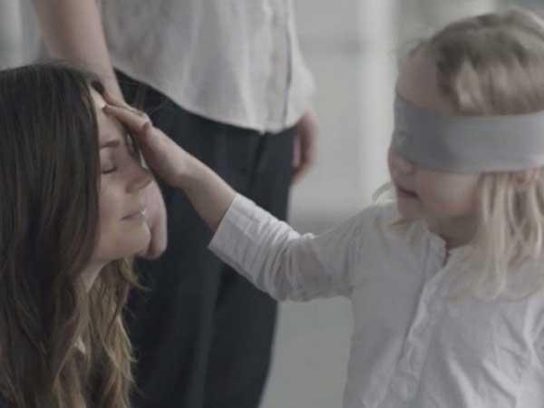 Трогателен-експеримент-деца-с-превръзка-на-очите-трябвало-да-открият-майките-си