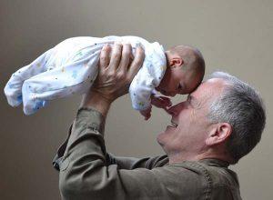 дядо-държи-внук