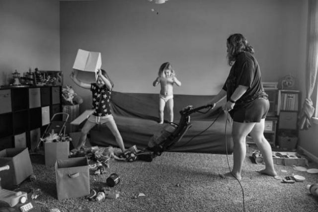 Фотографка-показал-откровено-какво-значи-да-бъдеш-майка.-И-не-е-това,-което-си-мислим!