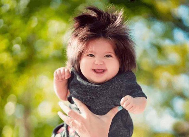 Сладурана!-5-месечно-българско-бебе-удиви-интернет-с-косата-си