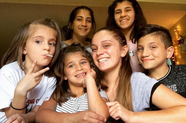 17-годишно-момиче-само-отглежда-петте-си-братя-и-сестри