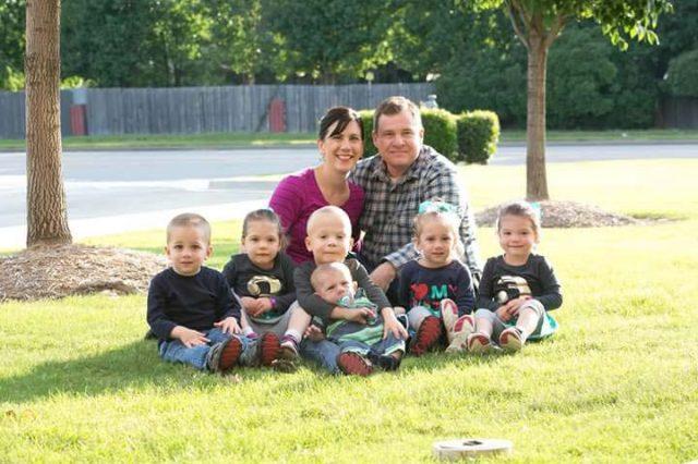 Бездетни съпрузи решили да осиновят 3 деца, но внезапно станали родители на цели 6!