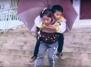 Респект! 9-годишно момиче носи на гръб 12-годишния си болен брат до училище
