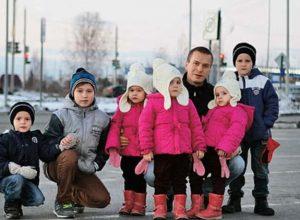 Този баща отглежда сам шест деца
