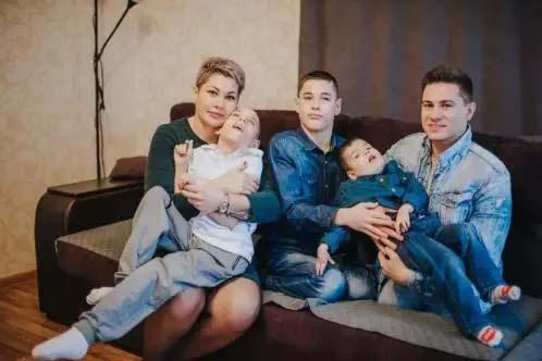 Щом мъжът разбрал, че и третото дете е с увреждане, ги напуснал. Как живее майка на 3 деца с увреждания днес?