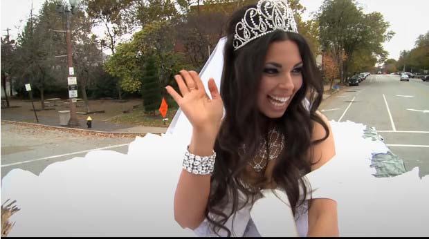 Заради огромната си рокля, ромска булка била докарана на сватбата с камион