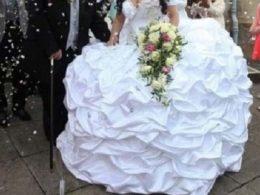 Булка с ромски корени се омъжи рокля, тежаща 63 кг. Обличането й отнема 20 минути!