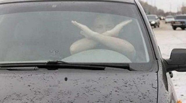 Важно! Шофьорът насреща е кръстосал ръце: какво значи това?